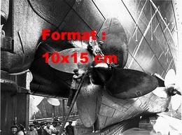 Reproduction D'une Photographie Ancienne D'ouvriers Travaillant Sur L'hélice D'un Paquebot à Cherbourg En 1924 - Reproductions