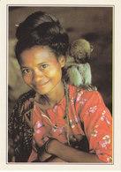 Indonésie Flores Femme Avec Singe (2 Scans) - Indonésie