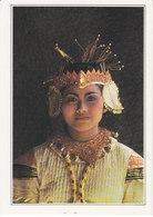 Indonésie Balinaise En Costume De Fêtes (2 Scans) - Indonésie