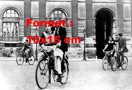 Reproduction D'une Photographie Ancienne D'un Couple D'amoureux Sur Une Bicyclette En 1940 - Reproductions