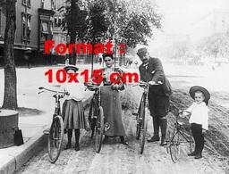 Reproduction D'une Photographie Ancienne D'une Famille Posant Avec Leurs Bicyclettes Et Tricycle En 1900 - Reproductions