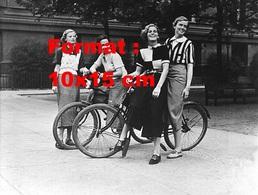 Reproduction D'une Photographie Ancienne De 4 Jeunes Femmes Posant Avec Deux Bicyclettes En 1936 - Reproductions