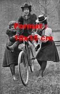 Reproduction D'une Photographie Ancienne De Deux Jeunes Femmes Posant Leur Amie Sur Une Bicyclette En 1895 - Reproductions