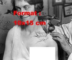 Reproduction D'une Photographie Ancienne D'une Femme Dévêtue Se Faisant Tatouer L'épaule En 1928 - Reproductions