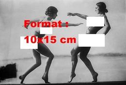 Reproduction D'une Photographie Ancienne De Deux Femmes Nues Prenant Des Poses Artistiques En 1925 - Reproductions