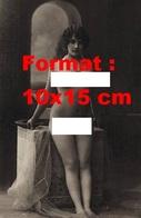 Reproduction D'une Photographie Ancienne D'une Jeune Femme Nue Appuyée Sur Le Rebord D'un Meuble De Lavabo En 1900 - Reproductions