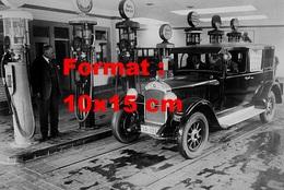 Reproduction D'une Photographie Ancienne D'une Automobile Garée à Une Station Service En 1928 - Reproductions