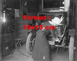 Reproduction D'une Photographie Ancienne D'une Dame Dans Un Garage Rechargeant La Batterie D'une Automobile En 1912 - Reproductions