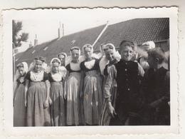 Eiland Walcheren 1939 - Groep Jongeren - Foto Formaat 6 X 9 Cm - Anonieme Personen