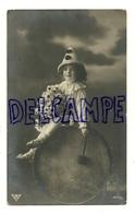 Photographie. Petit Pierrot Sur Une Grosse Caisse (tambour), Bouquet De Marguerites. 1913 - Portraits