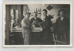 Carte Photo Comptoir Bar Ouvrier Pub Wallonia , Buvant Un Calvados Bouteille - Cartes Postales
