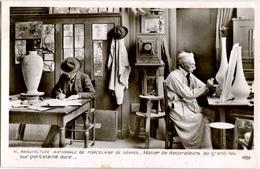 92. SEVRES. Manufacture Nationale De Porcelaine. Atelier De Décorateurs Au Grand Feu Sur Porcelaine Dure (Qualité Photo) - Sevres