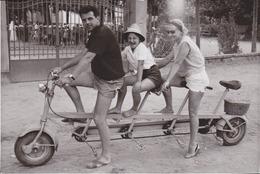Photo Anonyme Vintage Snapshot Vélo Tandem Pédalo Famille Loisir - Photographs