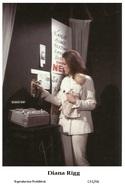 DIANA RIGG - Film Star Pin Up PHOTO POSTCARD - C41-46 Swiftsure Postcard - Artistas