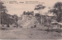 Cpa Congo Belge - Katanga - Nègres Nivelant Une Termitière - Congo Belge - Autres