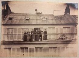 Groupe Sur Un Balcon. Chapeau Haut De Forme. - Persone Anonimi