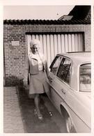 Photo Originale Portrait De Pin-Up Dans Son Petit Tailleur S'apprêtant à Monter Dans Sa Mercedes-Benz 200 (W 115) - Cars