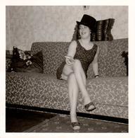 Photo Carrée Originale B.B. Oups ! Photographe Coquin Pour Coquine Sur Canapé En Mini-Jupes Et Cuisses à L'air 1967 - Pin-ups