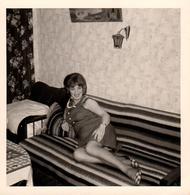 Photo Carrée Originale B.B. Portrait De Pin-Up Sexy & Souriante Sur Canapé à La Couverture Rayée En 1968 - Pin-Ups