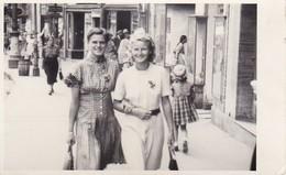 Foto 2 Frauen In Kleid Auf Einkaufsstrasse - Ca. 1950 - 12*8cm (39652) - Anonymous Persons