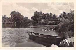 58 - POUGUES LES EAUX : Bords De Loire ( Barque En 1er Plan ) CPSM Dentelée Noir Blanc Format CPA 1953 - Nièvre - Pougues Les Eaux
