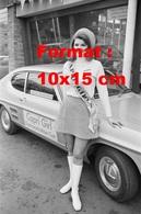 Reproduction D'une Photographie Ancienne D'une Hôtesse En Jupe, Bottes Blanches Capri Girl à Côté D'une Ford Capri Mk1 - Reproductions