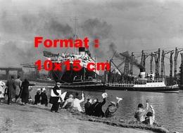 Reproduction D'une Photographie Ancienne De Personnes Sur Une Berge Disant Au Revoir Au Paquebot Queen Mary - Reproductions