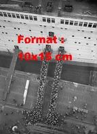 Reproduction D'une Photographie Ancienne De Visiteurs Montant Et Descendant Du Paquebot Queen Mary En Construction 1935 - Reproductions