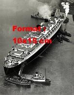 Reproduction D'une Photographie Ancienne D'une Vue Aérienne Du Paquebot Queen Mary Et Remorqueurs En 1936 - Reproductions