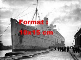 Reproduction D'une Photographie Ancienne Du Paquebot Queen Mary Dans Un Port Pour Une Remise En Couleur En 1943 - Reproductions
