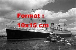 Reproduction D'une Photographie Ancienne D'une Vue Du Paquebot Queen Mary Et Un Bateau L'escortant En 1967 - Reproductions