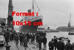 Reproduction D'une Photographie Ancienne De L'arrivée Au Port Du Paquebot Queen Mary En 1967 - Reproductions