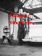 Reproduction D'une Photographie Ancienne D'un Homme Se Servant En Carburant Charles Coalene Mixture En 1935 - Reproductions