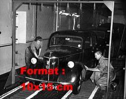 Reproduction D'une Photographie Ancienne De Deux Laveurs D'une Station De Lavage Sur Une Automobile En 1951 - Reproductions