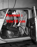 Reproduction D'une Photographie Ancienne D'une Femme D'une Station De Nettoyage Aspirant Une Automobile En 1951 - Reproductions