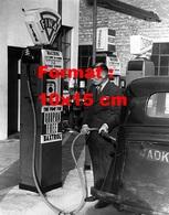 Reproduction D'une Photographie Ancienne D'un Homme Se Mettant Du Carburant à Une Pompe Fina En 1949 - Reproductions