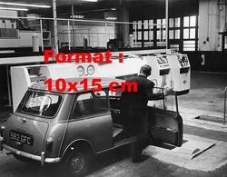 Reproduction D'une Photographie Ancienne D'une Austin Mini Effectuant Des Contrôles Dans Un Centre En 1962 - Reproductions