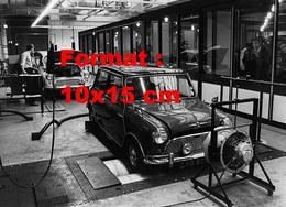 Reproduction D'une Photographie Ancienne D'une Austin Mini Effectuant Des Contrôles Dans Un Centre En 1967 - Reproductions