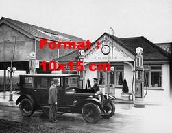Reproduction D'une Photographie Ancienne D'une Automobile Arrêtée à Une Station Service En 1927 - Reproductions