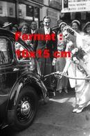 Reproduction D'une Photographie Ancienne D'une Mariée Mettant Du Carburant Dans Une Automobile En 1938 - Reproductions