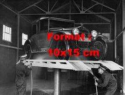 Reproduction D'une Photographie Ancienne De Deux Laveurs Nettoyant Une Automobile Sur Pont Avec Des Jets D'eau En 1927 - Reproductions