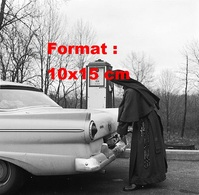 Reproduction D'une Photographie Ancienne D'une Soeur Se Servant En Carburant à Une Pompe En 1955 - Reproductions