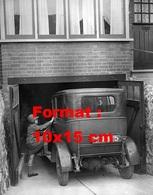 Reproduction D'une Photographie Ancienne D'une Jeune Fille Montant Dans L'automobile Garée Devant Un Garage En 1932 - Reproductions