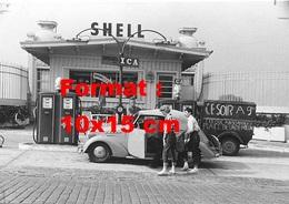 Reproduction D'une Photographie Ancienne D'un Pompiste Servant Deux Jeunes Femmes En Carburant Shell En 1954 - Reproductions