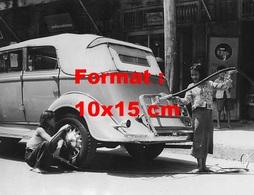Reproduction D'une Photographie Ancienne De Deux Fillettes Mettant Du Carburant, Gonflant Les Pneus D'une Automobile - Reproductions