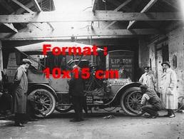 Reproduction D'une Photographie Ancienne De Deux Mécaniciens Changeant Les Pneus D'automobile En Garage En 1912 - Reproductions