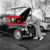 Reproduction Photographie Ancienne D'un Employé D'une Station Service à Patins à Roulettes Faisant Les Niveaux En 1958 - Reproductions