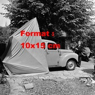 Reproduction D'une Photographie Ancienne D'un Homme Faisant La Démonstration D'un Garage Pliant En 1956 - Reproductions