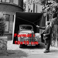 Reproduction D'une Photographie Ancienne D'un Homme Fermant Son Garage En Toile Pliant En 1956 - Reproductions