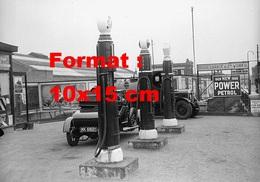 Reproduction D'une Photographie Ancienne D'une Vue D'une Station Essence Et Garage En 1929 - Reproductions